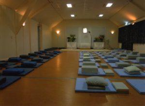 meditatiezaal Een-West voor de tien-daagse Vipassana-cursus